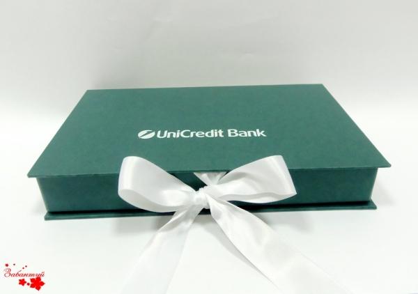 Подарочная коробка на лентах с логотипом