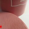 Круглая коробка диаметром 16 см. Из темно-розовой бумаги с эффектом кожи змеи