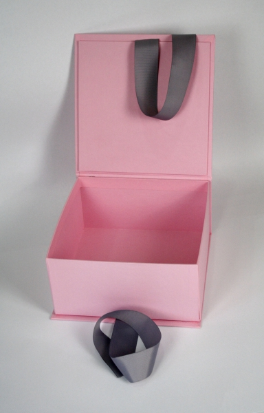 Коробка на лентах с трафаретной печатью