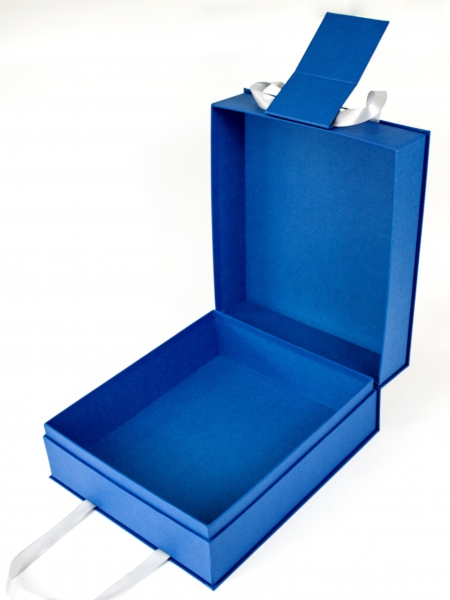Подарочная коробка конструкции «шкатулка» с ручками из ленты