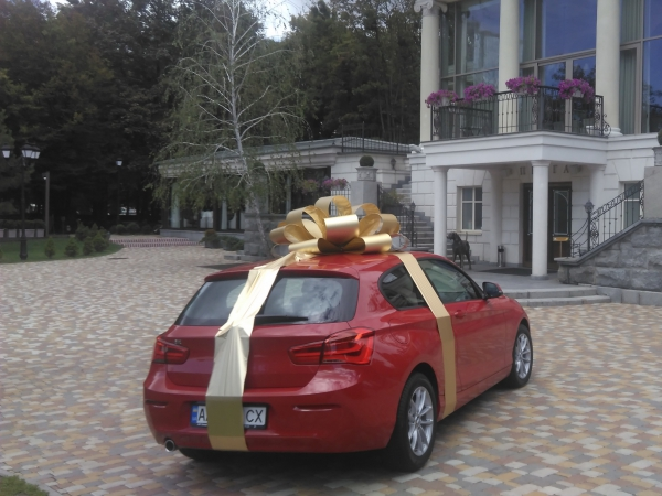 Бант на машину золотистый с лентой. Диаметр 85см