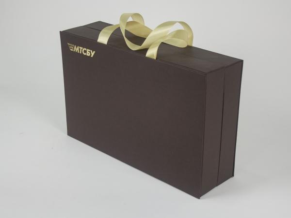 Коробка-шкатулка с ручками, тиснением и ложементом из картона для набора из алкоголя