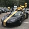 Бант на авто золотой диаметр 1 метр. С лентами, выездом и установкой. Без шариков.