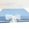 Размер 35х35х3,5 см Коробка на лентах. Цвет: голубой с белыми лентами.