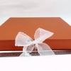 Размер 35х35х3,5 см Коробка на лентах. Цвет: терракотовый с белыми лентами.