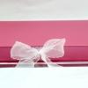 Размер 35х35х3,5 см Коробка на лентах. Цвет: розовый с белыми лентами.