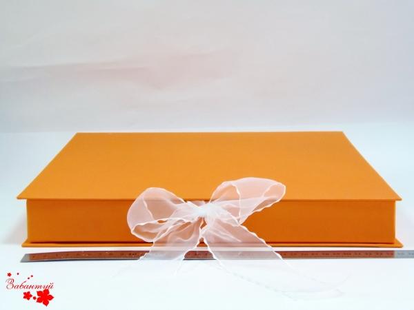 Размер 35х35х3,5 см Коробка на лентах. Цвет: оранжевый с белыми лентами.