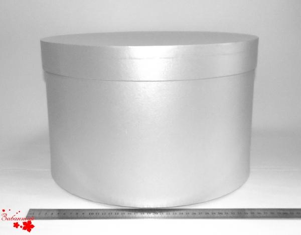 Диаметр 39 см, высота 25 см. Круглая коробка. Цвет: серебристый.