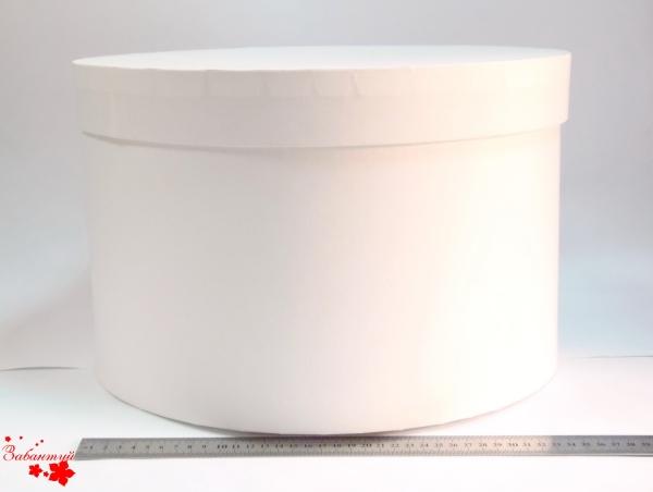 Диаметр 39 см, высота 25 см. Круглая коробка. Цвет: белый.