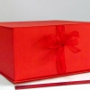 Розмір 35х35х16 см. Коробка з стрічках. Колір червоний