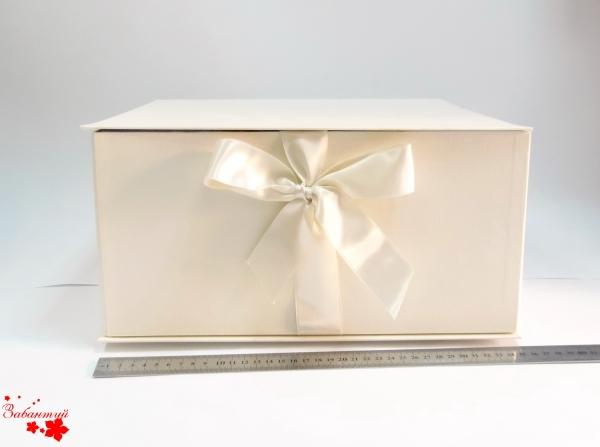 Размер 35*35*16 см Коробка на лентах. Цвет: бежевый с бежевыми лентами.