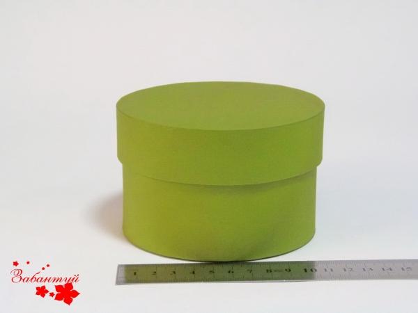 Диаметр 11 см, высота 8 см Круглая коробка. Цвет: оливковый.