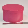 Диаметр 22 см, высота 13 см Круглая коробка. Цвет: малиновый.