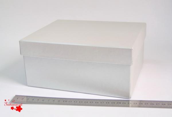 Размер 22*18*10 см Подарочная коробка со съемной крышкой. Цвет серебристый.