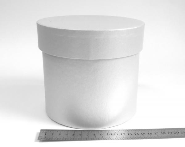 Диаметр 16 см, высота 15 см Круглая коробка. Цвет: серебристый.