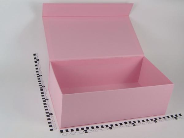 Размер 45х25х15 см Коробка с магнитным креплением. Цвет розовый