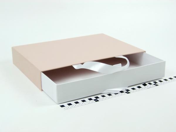 Размер 35*25*5 см Выдвижная коробка с ручками. Цвет бежево-белый.