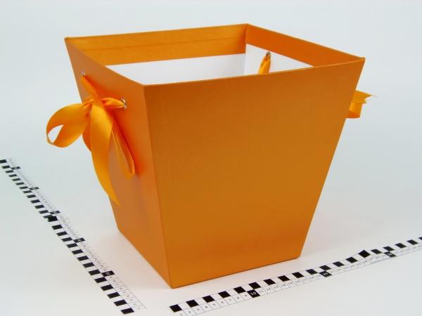 Коробка в форме трапеции. Внизу 17х17, вверху 26х26 см. Высота 25 см. Цвет оранжевый