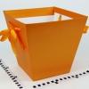Коробка у формі трапеції. Знизу 17х17, зверху 26х26 см. Висота 25 см. Колір помаранчевий