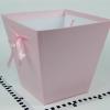 Коробка в форме трапеции. Внизу 17х17, вверху 26х26 см. Высота 25 см. Цвет розовый