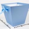 Коробка в форме трапеции. Внизу 17х17, вверху 26х26 см. Высота 25 см. Цвет голубой