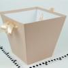 Коробка у формі трапеції. Знизу 17х17, зверху 26х26 см. Висота 25 см. Колір пудровий