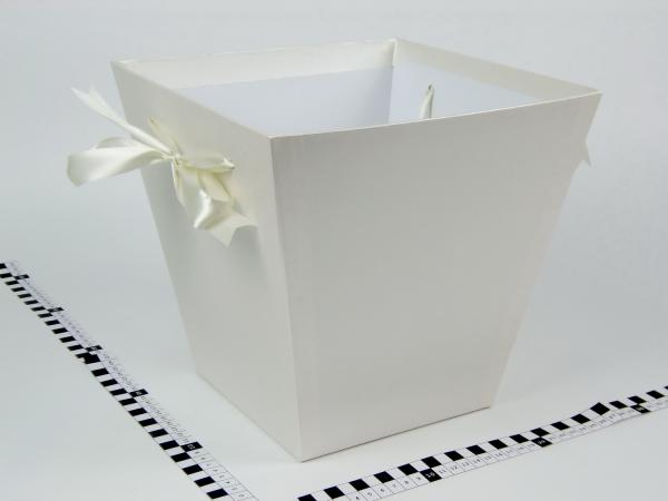 Коробка в форме трапеции. Внизу 17х17, вверху 26х26 см. Высота 25 см. Цвет бежевый