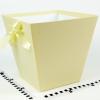 Коробка в форме трапеции. Внизу 17х17, вверху 26х26 см. Высота 25 см. Цвет светло-желтый