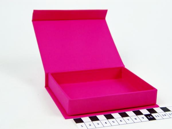 Размер 12х10х2 см Коробка с магнитным креплением. Цвет малиновый