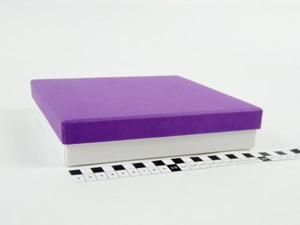 Размер 20х20х4 см Подарочная коробка со съемной крышкой. Цвет фиолетово-белый