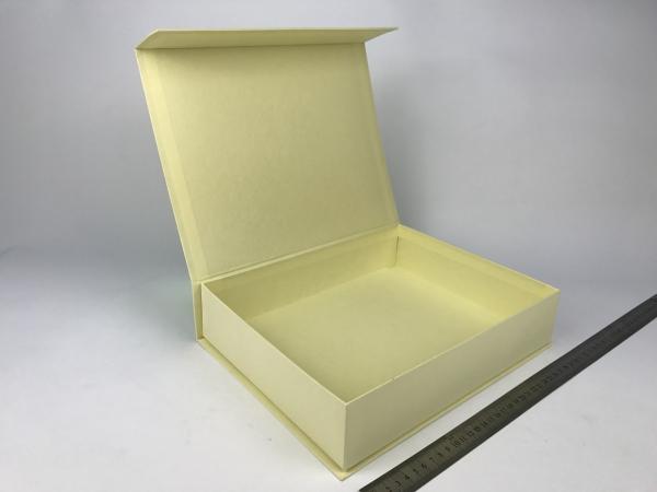 Размер 30х24х6,5 см. Коробка на магнитах. Цвет бежевый теплый