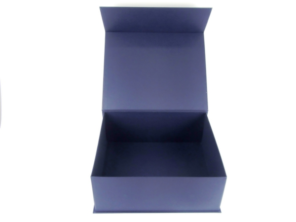 Размер 36х30х14 см. Коробка с магнитным креплением. Цвет темно-синий