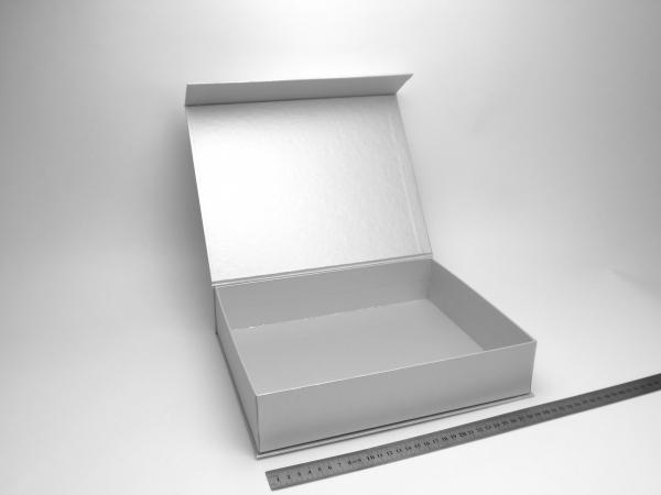 Размер 30х24х6,5 см. Коробка на магнитах. Цвет серебристый