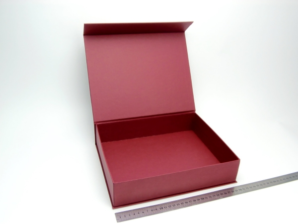 Размер 30х24х6,5 см. Коробка на магнитах. Цвет бордовый