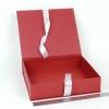 Размер 27х23х6 см. Коробка на лентах. Цвет: темно-красный