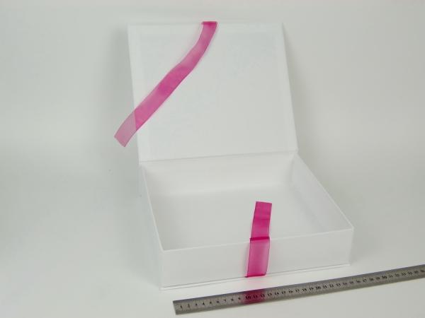 Размер 27х23х6 см. Коробка на лентах. Цвет: белый