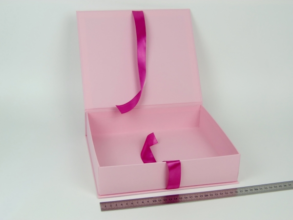 Размер 27х23х6 см. Коробка на лентах. Цвет: розовый