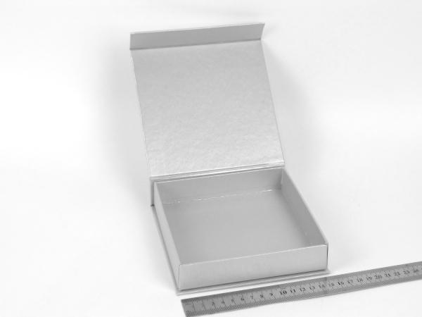 Размер 15х15х3 см. Коробка на магнитах. Цвет серебристый