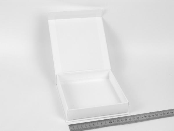 Размер 15х15х3 см. Коробка на магнитах. Цвет белый