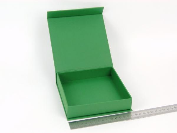 Размер 15х15х3 см. Коробка на магнитах. Цвет зеленый