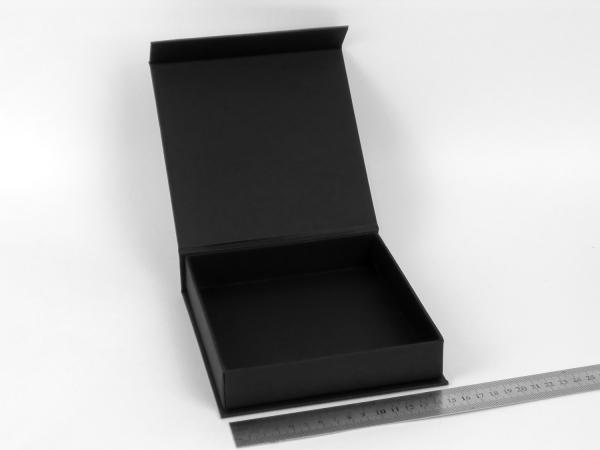 Размер 15х15х3 см. Коробка на магнитах. Цвет черный