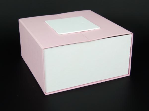 Размер 20х20х10 см. Коробка с магнитной застежкой. Цвет розовый и белый