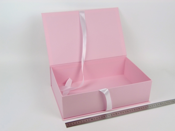 Размер 36х23х10 см. Коробка на лентах. Цвет: розовый