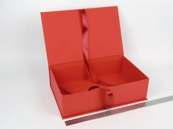 Размер 36х23х10 см. Коробка на лентах. Цвет: красный