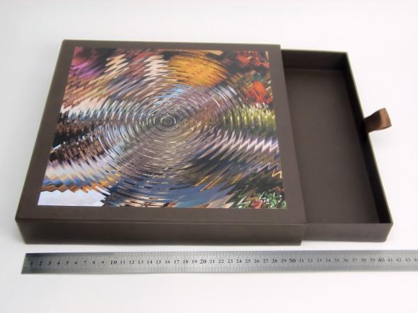 Размер 30х30х3,5 см Выдвижная коробка. Цвет коричневый с принтом