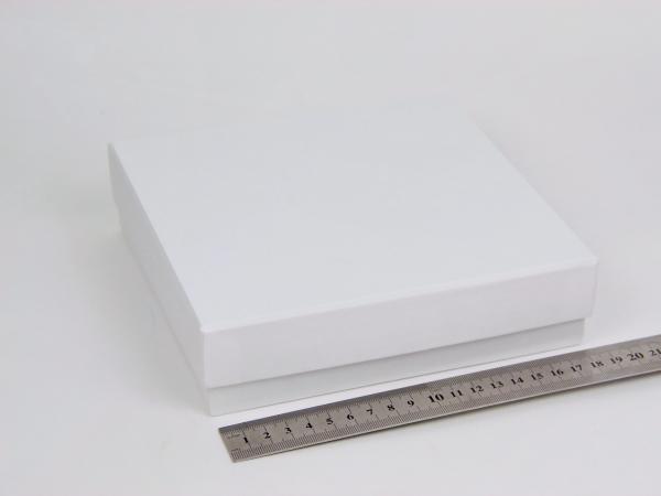 Размер 18,5х18,5х4,5см. Подарочная коробка со съемной крышкой. Цвет белый