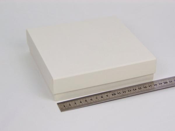 Размер 18,5х18,5х4,5см. Коробка для подарка со съемной крышкой. Цвет бежевый