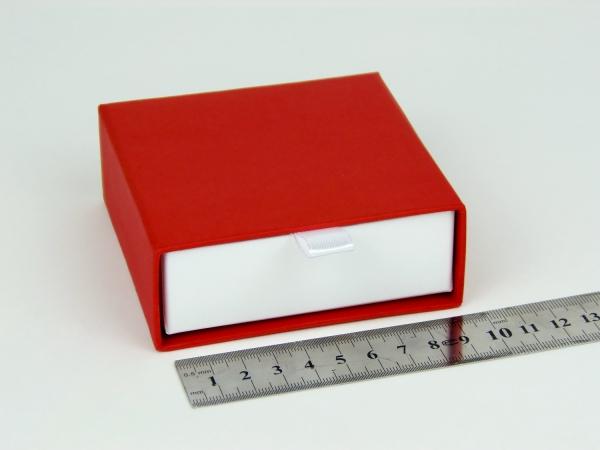 Размер 9х9х3 см Выдвижная коробка. Цвет красный, дно белое