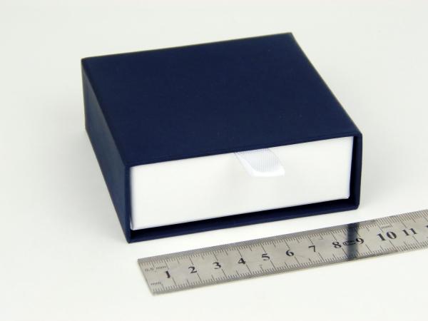 Размер 9х9х3 см Выдвижная коробка. Цвет темно-синий, дно белое