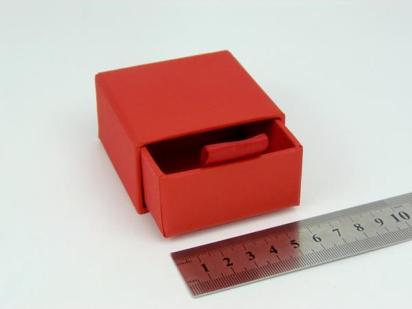 Размер 6х6х3 см Выдвижная коробка. Цвет красный